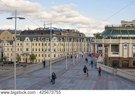 Moscow, Russia - Yuly 2, 2021 : The Patriarchs Bridge, The Main Attraction Of The City