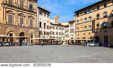 Florence, Italy - September 9: Sidewalk Cafes And Old Buildings At The Popular Piazza Della Signoria