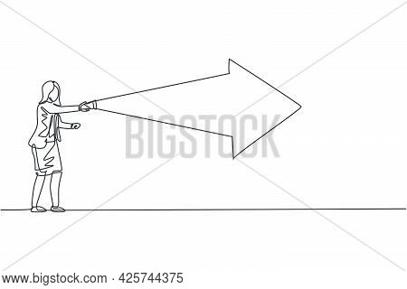 Single One Line Drawing Of Young Smart Business Woman Turn On Flashlight Into Forward Arrow Light. B