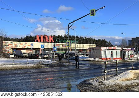 Balashikha, Russia - March 19, 2021. Spring Is In The City. People Cross A Dirty Street In Front Of