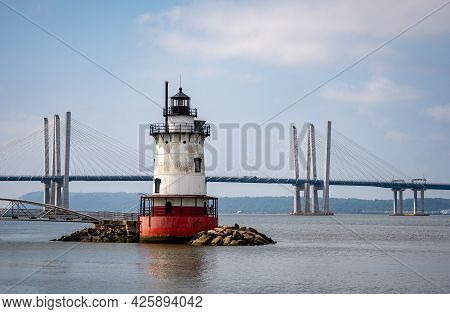 Sleepy Hollow, Ny - Usa - July 5, 2021: A Horizontal View Of The Scenic Tarrytown Light With The Gov