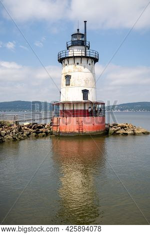 Sleepy Hollow, Ny - Usa - July 5, 2021: Vertical View Of The Scenic Tarrytown Light, A Sparkplug Lig