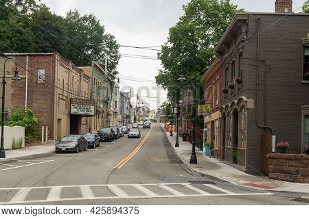 Wappingers Falls, Ny - Usa - July 1, 2021: A View Of Shops And Businesses On West Main Street In His