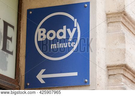 Toulouse , Ocitanie France  - 06 30 2021 : Body Minute Round Logo Arrow Sign Entrance And Brand Text