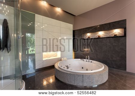 Round Bath In A Luxury Mansion