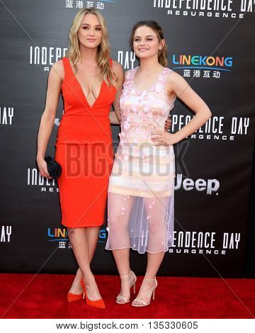 LOS ANGELES - JUN 20:  Hunter King, Joey King at the Independence Day: Resurgence LA Premiere at the TCL Chinese Theater IMAX on June 20, 2016 in Los Angeles, CA