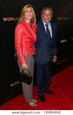NEW YORK-MAR 30: Singer Tony Bennett (R) and wife Susan Crow attend the