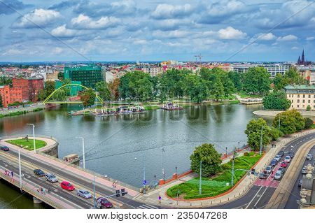 Wroclaw/poland- August 19, 2017: Cityscape Of Wroclaw With River Odra, Bridges With Walking People,