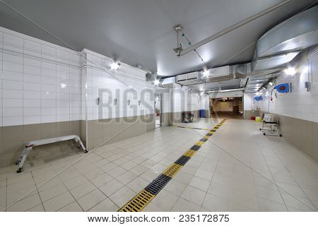 Empty clean car wash room with drainage device, high-pressure apparatus and detergents