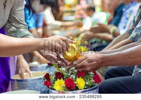 Young People Are Watering The Hands Of Respected Adults To Show Their Respect And Blessings On The T