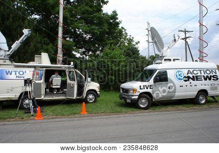 13 Abc Action News Wtvg Toledo News Van And Wtol Cbs Toledo News Van Broadcasting, Pandora, Oh, June