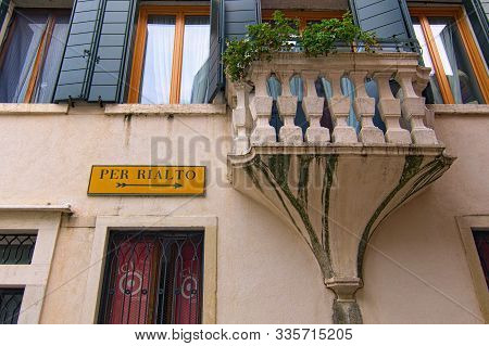 Venice, Italy-september 28, 2019: Typical Yellow Street Sign On A Vintage Wall Which Showing The Way