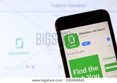 Los Angeles, California, Usa - 26 November 2019: Glassdoor Job Search Icon On Phone Screen With Logo
