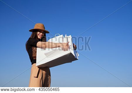 Retail, Black Friday, Consumerism Or Sale Concept - Luxury Girl In Brown Hat With Shopping Bags. Att