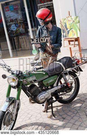 Bordeaux , Aquitaine  France - 09 30 2021 : Yamaha 125 Old Vintage Motorbike Logo Brand And Text Sig