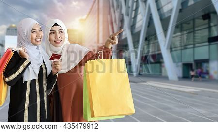 Asian Lifestyle Tourist Traveller Concept. Young Shopper Muslim Women With Shopping Bags And Holding
