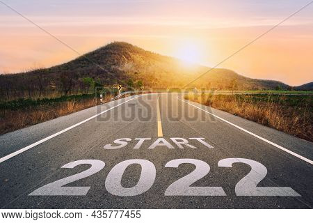 Start 2022 Written On Highway Road In The Middle Of Empty Asphalt Road Of Asphalt Road At Sunset.con