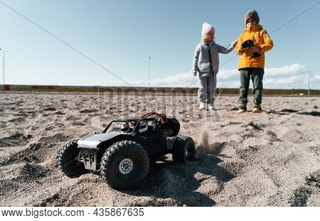 Playful Baby Kids Driving Radio Controlled Off Road High Speed Sport Buggy Car On Sand Black Suv Rc