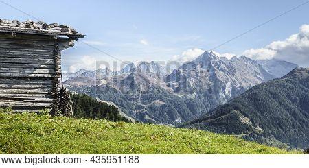 Aussicht In Die Berge Im Zillertal Von Einer Almhütte Aus