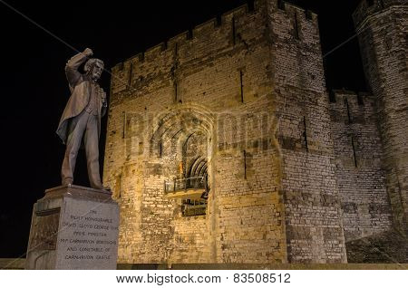 View on Lloyd George statue and Caernarfon Castle at night