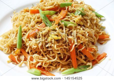 Fried instant noodle with green bean and carrot