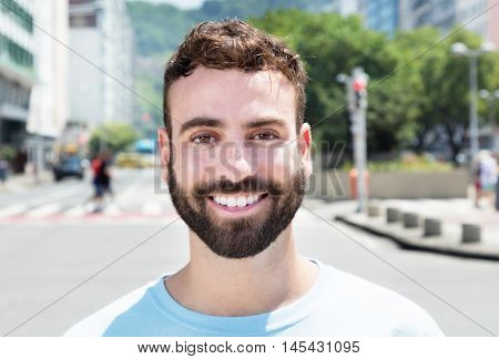 Attraktive caucasian man with beard outdoor in city