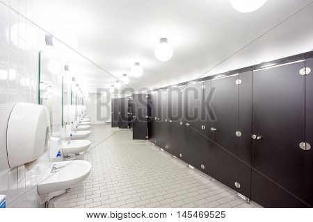 In an public building are womans toilets whit sinks