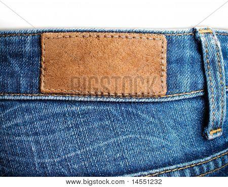 Vista trasera de la etiqueta en blanco de cuero lució jeans