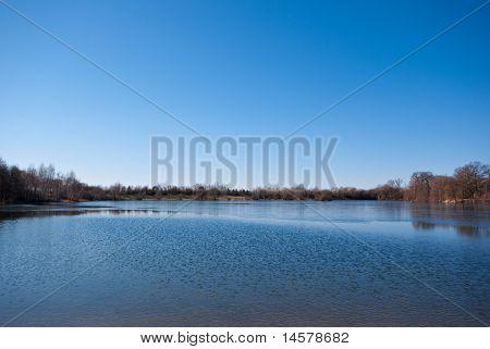 See und einen wolkenlosen Himmel