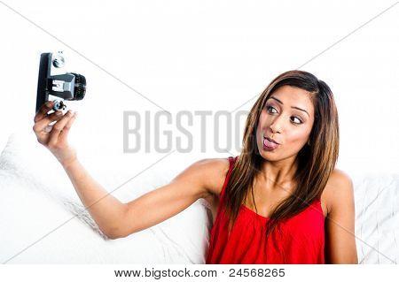 Junge asiatische Inderin mit alten Kamera, fotografieren, sich Zunge ragte, Kamera,