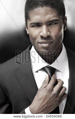 sexy junge stilvolle Geschäftsmann in schwarzen und weißen Anzug