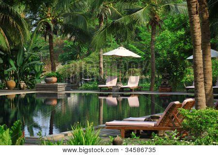 Tropisches Schwimmbad in thailand