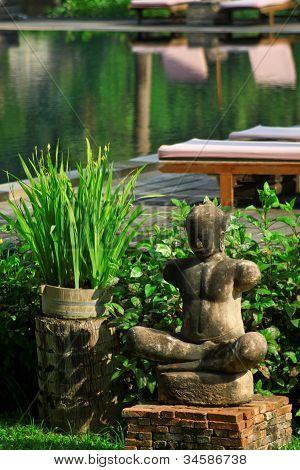 die steinernen Statuen am Swimmingpool