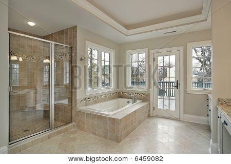 Baño principal con ducha de vidrio