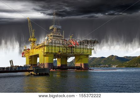 Oil Rig on sea and the impending collapse of the weather.