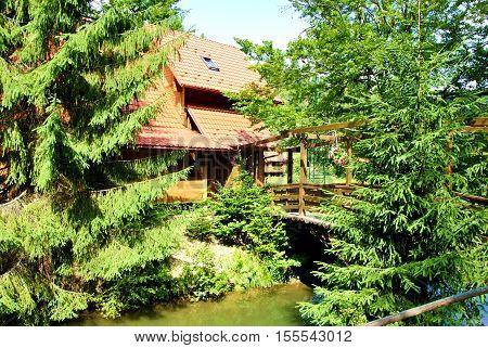 Paisaje del bosque con la casa rural y lago