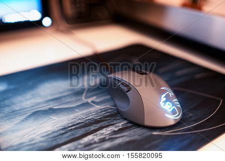 Computer mouse on mousepad bokeh backdrop hd