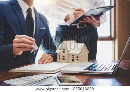 Real Estate Agent And Sales Manager Team Analysis Pricing Of Rental Lease Contract Of Sale Purchase