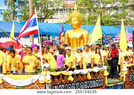 Samutsakorn, Thailand - July 27, Big Buddha Statue And People In Big Boat Of Candles Parade To Templ