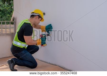 Strong Male Workers Penetrate The Wall, Work Hard For Men.strong Worker, Repair, Piercing The Wall,