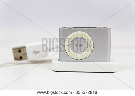 Babylon, New York, Usa - 20 February 2020: A Vintage Mini Mp3 Digital Music Player In Its Charging S