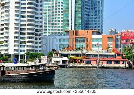 Bangkok, Th - Dec. 12: Chao Phraya River Buildings On December 12, 2016 In Bangkok, Thailand. Chao P