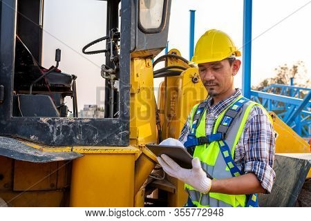 Driving Worker Heavy Wheeled Tractor, Workers Drive Check Stone And Sand Stock, Wheel Loader Excavat