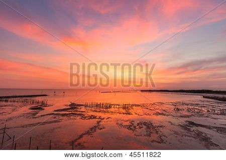 Wunderschöner Sonnenuntergang im Meer
