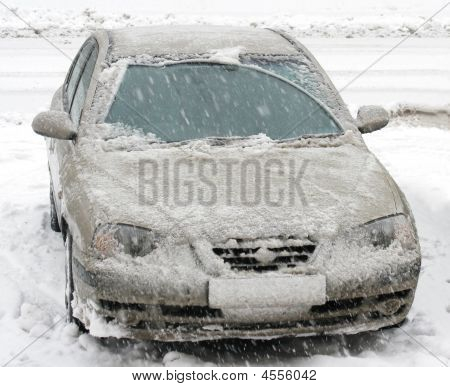 Car,snowfalli,one