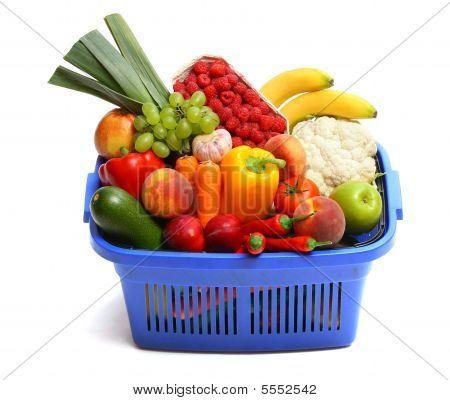 Una cesta de la compra lleno de productos frescos.