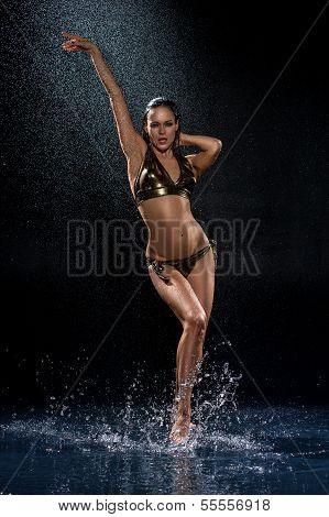 sexy Frau unter Regen. Foto im studio