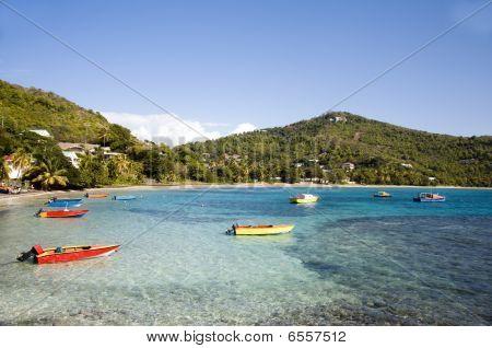 Freundschaft-Bucht mit bunten Native Angeln Boote Bequia
