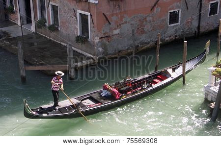 Gondolier in the process of mooring his Gondola