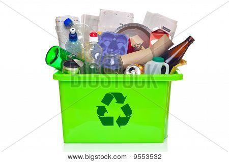 Verde reciclagem Bin isolado no branco